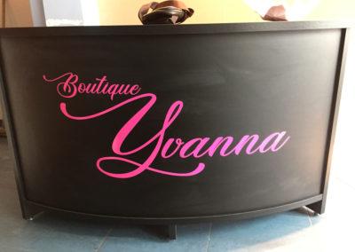 Lettrage de comptoir pour la boutique Yvanna à Charleroi