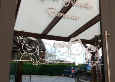 Lettrage de vitrine pour la maison d'enfants les Ptit's Gribouilles de Saive