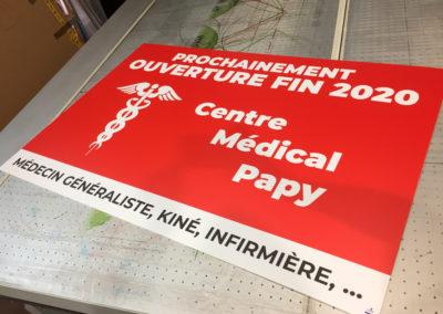 Impression sur panneau alvéolaire pour un centre médical