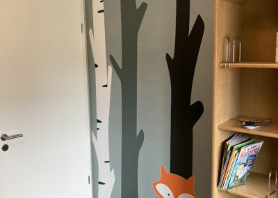 Pose de stickers dans une chambre d'enfant